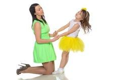 Руки владением мамы и дочери Стоковая Фотография RF