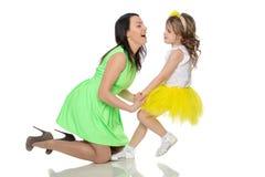 Руки владением мамы и дочери Стоковые Фото