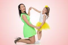 Руки владением мамы и дочери Стоковое Изображение