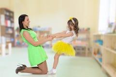 Руки владением мамы и дочери Стоковое фото RF