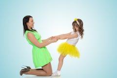Руки владением мамы и дочери Стоковые Изображения RF