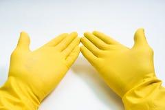 Руки в желтых резиновых перчатках на белой предпосылке Стоковое Изображение RF