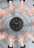 Руки в круге вокруг часов Стоковые Фотографии RF