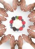 Руки в круге вокруг ягод плодоовощ Стоковая Фотография RF
