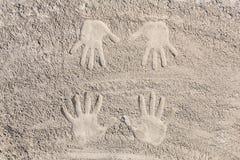 Руки в песке Стоковое фото RF