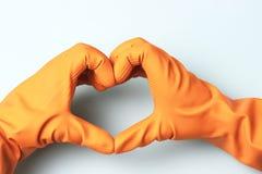 Руки в резиновых перчатках в форме сердца на голубой предпосылке стоковые фотографии rf