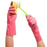 Руки в розовых перчатках держа губку и щетку Стоковые Фотографии RF