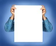 Руки в рубашке держа лист бумаги стоковое изображение rf
