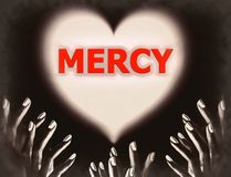Руки в темном умоляя боге Иисусе для пощады предсказывают тему вероисповедания влюбленности религиозную Стоковая Фотография RF