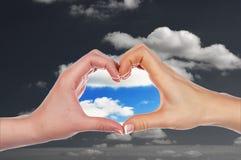 Руки в форме сердца стоковое изображение