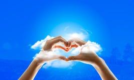 Руки в форме сердц красивые стоковая фотография