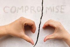 Руки в форме сердца на треснутой стене Стоковое Фото