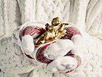 Руки в mittens держат конец-вверх ангела рождества винтажный Стоковые Фотографии RF
