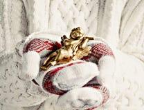 Руки в mittens держат конец-вверх ангела рождества винтажный Стоковое Фото