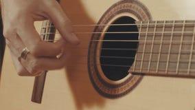 Руки гитариста играя гитару Стоковые Изображения RF
