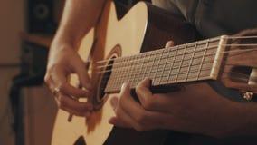 Руки гитариста играя гитару Стоковое фото RF