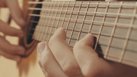 Руки гитариста играя гитару Стоковые Фото