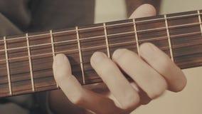 Руки гитариста играя гитару Стоковая Фотография
