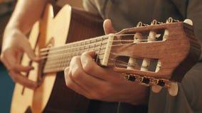 Руки гитариста играя гитару Стоковое Изображение