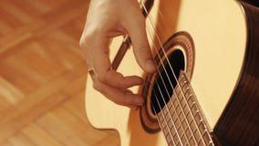 Руки гитариста играя гитару Стоковое Изображение RF