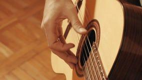Руки гитариста играя гитару Стоковое Фото