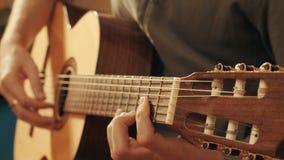 Руки гитариста играя гитару Стоковые Фотографии RF