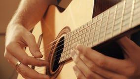 Руки гитариста играя гитару Стоковые Изображения