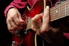 Руки гитариста и поднимающее вверх гитары близкое играть электрической гитары Сыграйте гитару Стоковое Изображение RF