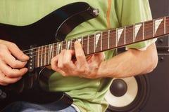 Руки гитариста утеса играя электрическую гитару Стоковые Фото