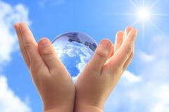 руки глобуса ребенка стоковая фотография