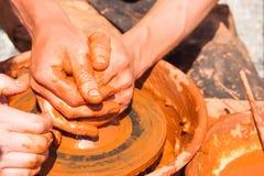 Руки гончара на работе Стоковые Изображения RF