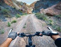 Руки горного велосипеда на handlebars Стоковые Изображения