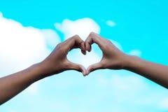 2 руки девушек в форме сердца влюбленности, валентинки и conce влюбленности Стоковая Фотография