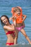руки девушки держат женщину моря lifejackets Стоковое Фото