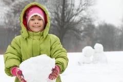 руки девушки держат снежок шишки Стоковая Фотография