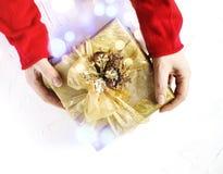 Руки девушки держа присутствующими для рождества стоковые фотографии rf
