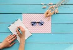 Руки девушки замечая в sketchbook около зрелищ Стоковая Фотография RF