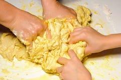 руки девушки замешивая женщину Стоковые Фотографии RF