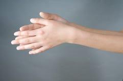 руки девушки имеют открытое Стоковые Фото