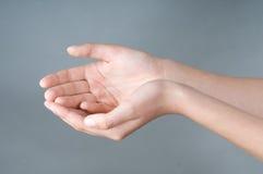 руки девушки имеют открытое Стоковые Изображения