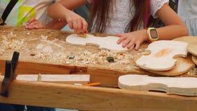Руки девушки которое на под открытым небом мастерском классе на делать скрипки акции видеоматериалы