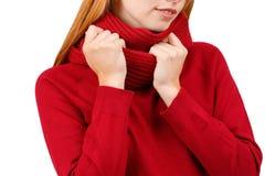 Руки девушки с красными волосами, держа шарф на ее шеи На белой предпосылке Стоковое Фото