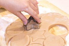 Руки девушки с тестом варя печенья на деревянном столе конец вверх стоковое изображение rf