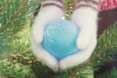 Руки девушки с шариком рождества Стоковая Фотография