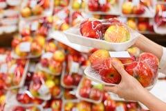 руки девушки яблок держат упакованный магазин Стоковое Фото