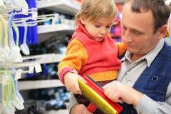 руки девушки grandfather держат шабер Стоковое Изображение RF