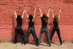 руки девушок задней части 4 поднимая стоять вверх стоковые изображения