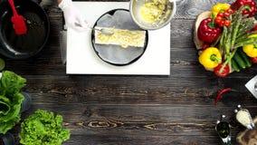 Руки делая буррито, деревянный стол видеоматериал