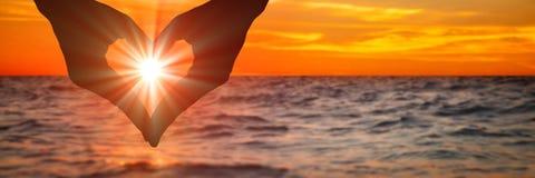 Любовь на заходе солнца стоковые фотографии rf
