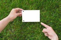 руки держа бумагу примечания Стоковые Изображения